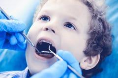 Docteur et enfant patient Garçon faisant examiner ses dents avec le concept de dentiste Medicine, de soins de santé et de stomato photographie stock libre de droits