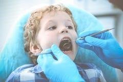 Docteur et enfant patient Gar?on faisant examiner ses dents avec le concept de dentiste Medicine, de soins de sant? et de stomato photographie stock libre de droits