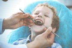 Docteur et enfant patient Gar?on faisant examiner ses dents avec le concept de dentiste Medicine, de soins de sant? et de stomato photo libre de droits