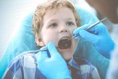 Docteur et enfant patient Gar?on faisant examiner ses dents avec le concept de dentiste Medicine, de soins de sant? et de stomato images stock