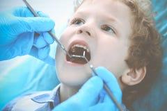 Docteur et enfant patient Gar?on faisant examiner ses dents avec le concept de dentiste Medicine, de soins de sant? et de stomato image stock