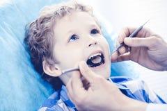 Docteur et enfant patient Gar?on faisant examiner ses dents avec le concept de dentiste Medicine, de soins de sant? et de stomato images libres de droits