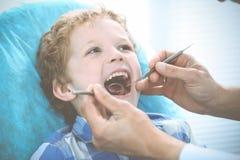 Docteur et enfant patient Gar?on faisant examiner ses dents avec le concept de dentiste Medicine, de soins de sant? et de stomato image libre de droits