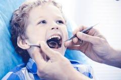 Docteur et enfant patient Gar?on faisant examiner ses dents avec le concept de dentiste Medicine, de soins de sant? et de stomato photos libres de droits