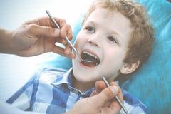 Docteur et enfant patient Gar?on faisant examiner ses dents avec le concept de dentiste Medicine, de soins de sant? et de stomato photo stock