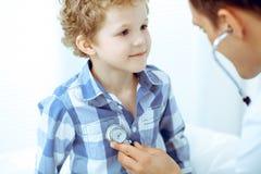 Docteur et enfant patient Médecin examinant peu de garçon Visite médicale régulière dans la clinique Médecine et soins de santé image stock