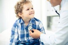 Docteur et enfant patient Médecin examinant peu de garçon Visite médicale régulière dans la clinique Médecine et soins de santé photos libres de droits