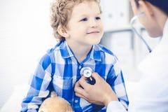 Docteur et enfant patient Médecin examinant peu de garçon Visite médicale régulière dans la clinique Médecine et soins de santé images libres de droits