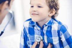 Docteur et enfant patient M?decin examinant peu de gar?on Visite m?dicale r?guli?re dans la clinique M?decine et soins de sant? photos libres de droits