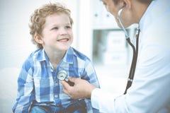Docteur et enfant patient M?decin examinant peu de gar?on Visite m?dicale r?guli?re dans la clinique M?decine et soins de sant? image libre de droits