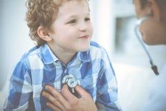 Docteur et enfant patient M?decin examinant peu de gar?on Visite m?dicale r?guli?re dans la clinique M?decine et soins de sant? photo libre de droits