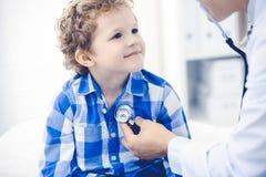 Docteur et enfant patient M?decin examinant peu de gar?on Visite m?dicale r?guli?re dans la clinique M?decine et soins de sant? images libres de droits