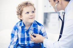 Docteur et enfant patient M?decin examinant peu de gar?on Visite m?dicale r?guli?re dans la clinique M?decine et soins de sant? images stock