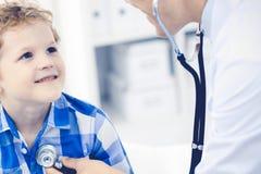 Docteur et enfant patient M?decin examinant peu de gar?on Visite m?dicale r?guli?re dans la clinique M?decine et soins de sant? photographie stock