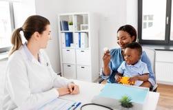 Docteur et femme avec le bébé et médecine à la clinique image libre de droits