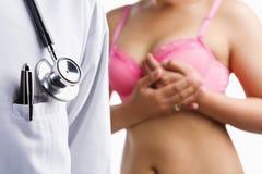 Docteur et femme sur le soutien-gorge rose photographie stock