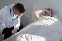 Docteur et jeune cancéreux image libre de droits