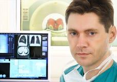 Docteur et module de balayage tomographique dans l'hôpital Photo stock