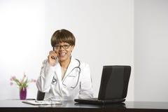 Docteur et ordinateur portatif. images libres de droits