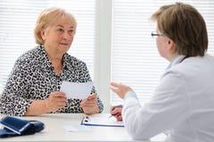 Docteur et patient images stock