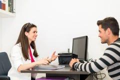 Docteur et patient ayant la consultation images libres de droits