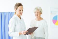Docteur et patient dans l'hôpital Photos stock