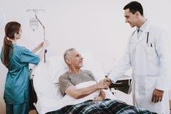 Docteur et patient dans l'hôpital Infirmière et vieil homme photos libres de droits