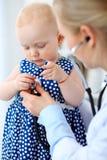 Docteur et patient dans l'hôpital La petite fille est examinée par le pédiatre avec le stéthoscope Médecine et soins de santé Images libres de droits