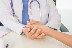 Docteur et patient dans l'h?pital photos stock