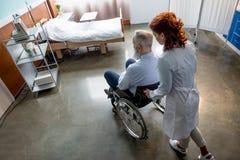 Docteur et patient dans le fauteuil roulant Images stock