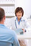Docteur et patient féminins Image stock