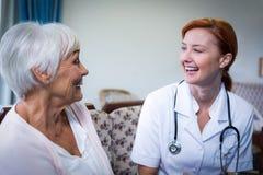 Docteur et patient heureux image stock