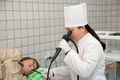 Docteur et patient pendant l'endoscopie Photos stock