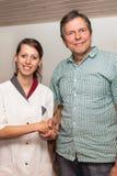 Docteur et patient présentant la poignée de main photographie stock