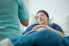 Docteur et patient présentant le cancer Image stock