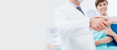 Docteur et patient se serrant la main images libres de droits