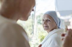 Docteur et patient supérieur présentant la maladie incurable photographie stock libre de droits