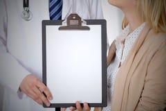 Docteur et patient tenant l'espace d'exemplaire gratuit de presse-papiers Éthique médicale et concept de confiance Photo stock