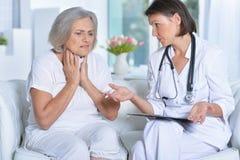 Docteur et son patient d'aîné de s Image libre de droits