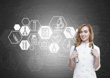 Docteur et tableau noir de femme avec des croquis hexagonaux de médecine Image libre de droits