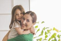 Docteur et une patiente de sourire de fille Photographie stock libre de droits
