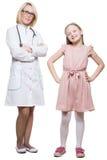 Docteur et une patiente de sourire de fille d'isolement en fonction Photographie stock