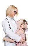 Docteur et une patiente de sourire de fille d'isolement en fonction Images libres de droits
