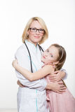 Docteur et une patiente de sourire de fille Sur le fond blanc Photo stock