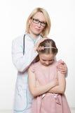 Docteur et une patiente de sourire de fille Sur le fond blanc Image libre de droits