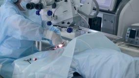 Docteur exécutant la chirurgie dans la salle d'opération d'hôpital banque de vidéos