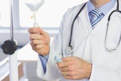 Docteur examinant l'égouttement IV Photographie stock libre de droits