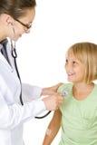 Docteur examinant la fille de petit enfant Photographie stock