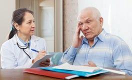 Docteur examinant le patient supérieur images stock