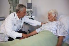 Docteur examinant le patient supérieur dans la salle Image libre de droits